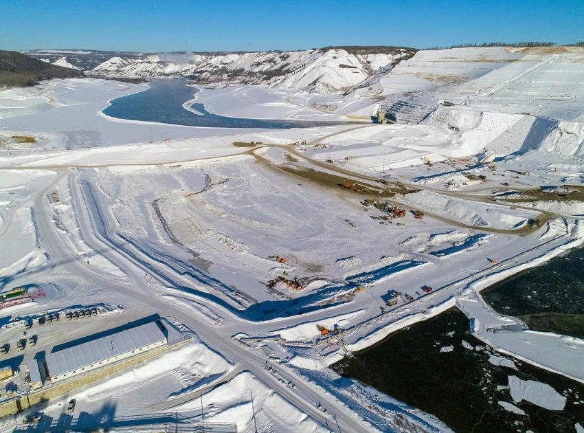 The upstream and downstream cofferdams seal off the Peace River and direct water through two diversion tunnels. BC Hydro recently completed the upstream cofferdam to its final elevation, approximately 24 metres high above the riverbed. (February 2021)