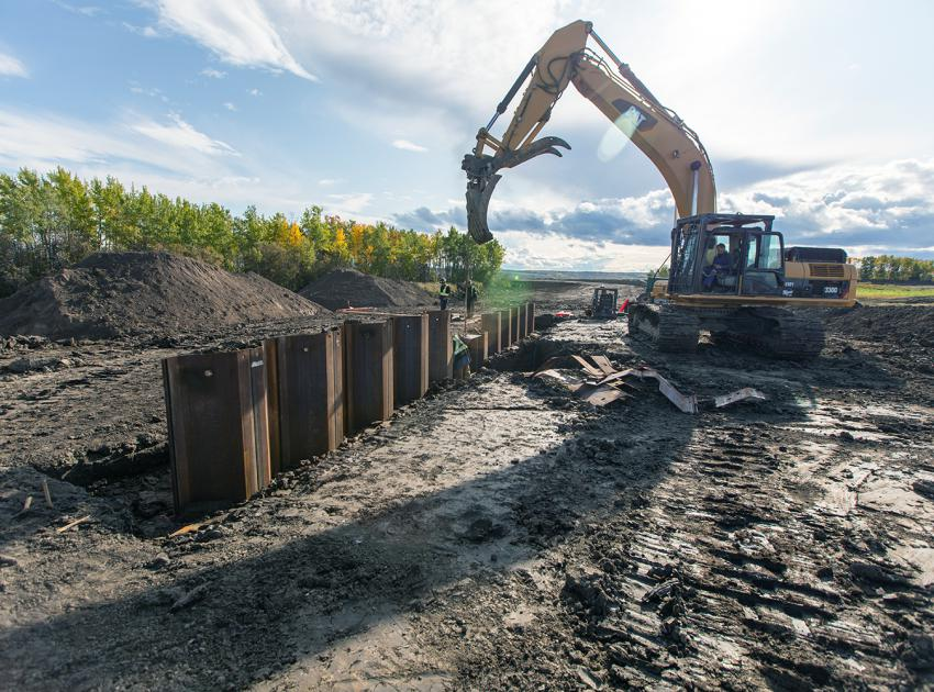 Levelling of sheet piles for the water control structure in the main basin of the Golata Creek wetland. (October 2019)